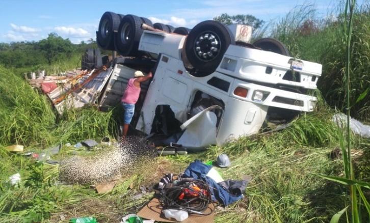 Caminhoneiro morre após tombar carreta na 'rodovia da morte' no Sul do Piauí