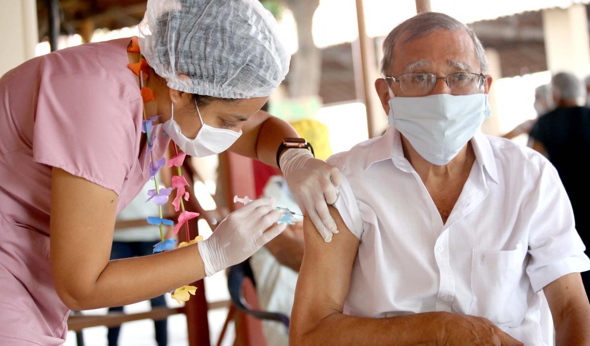 Vacinação de idosos de 65 anos contra a covid-19 acontece neste domingo; veja locais