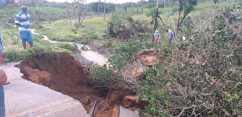 Vídeo: Açude rompe e deixa trecho de avenida destruído em Luzilândia; assista