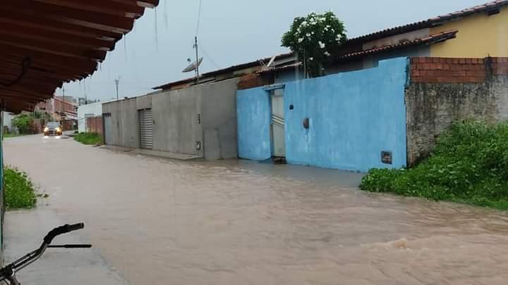 Chuvas alagam ruas de Barras e rio Marataoan fica acima da cota de alerta