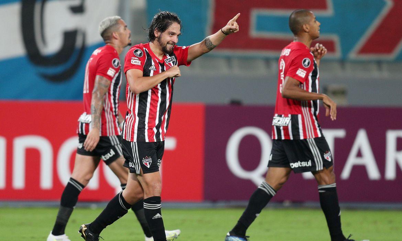 São Paulo vence fácil em Lima e Flamengo ganha de virada na Argentina