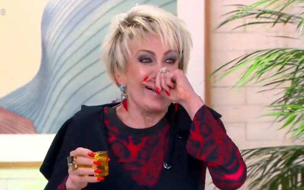 Ana Maria Braga se engasga ao vivo bebendo vinagre por engano