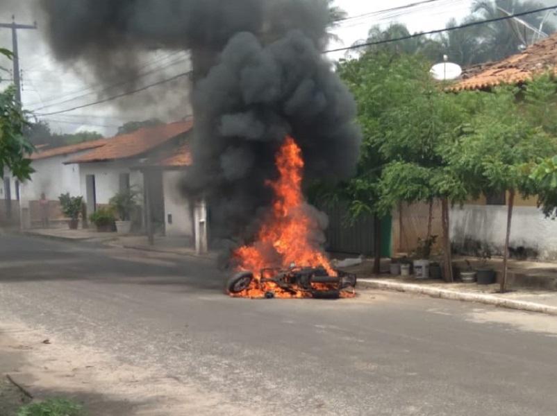 Moto pega fogo no meio da rua e fica completamente destruída