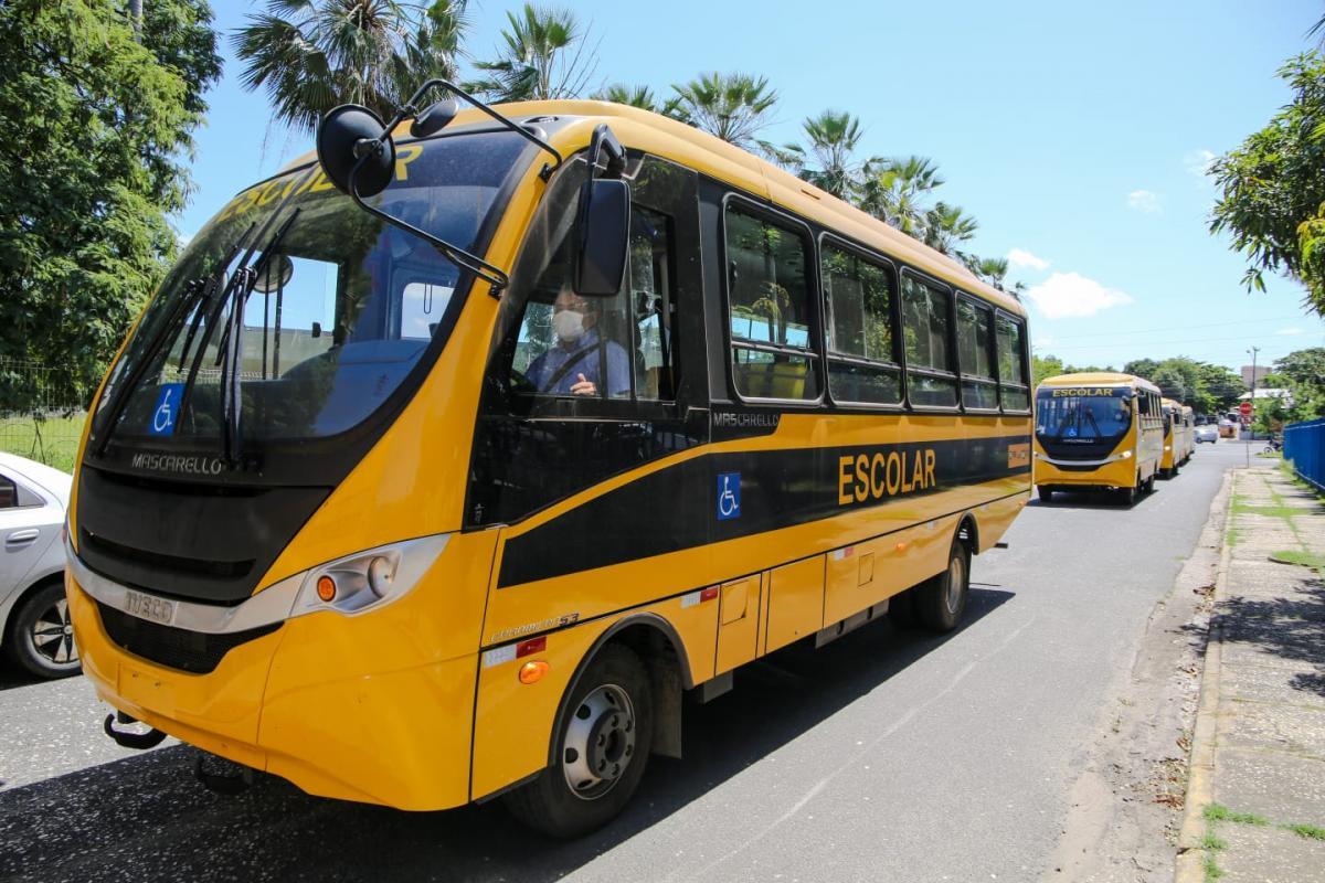 Ministro da Educação entrega ônibus escolares durante solenidade no Piauí