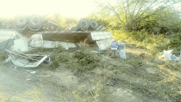 Carreta com soja tomba na BR-343