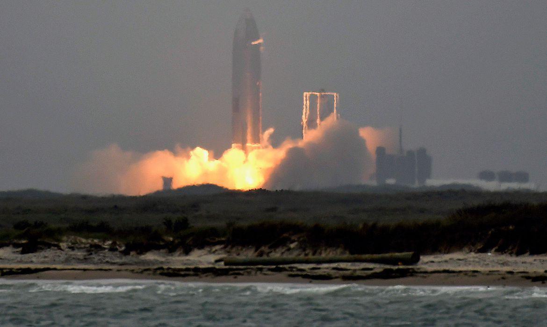 Protótipo da SpaceX realiza voo e aterrissagem com sucesso no Texas