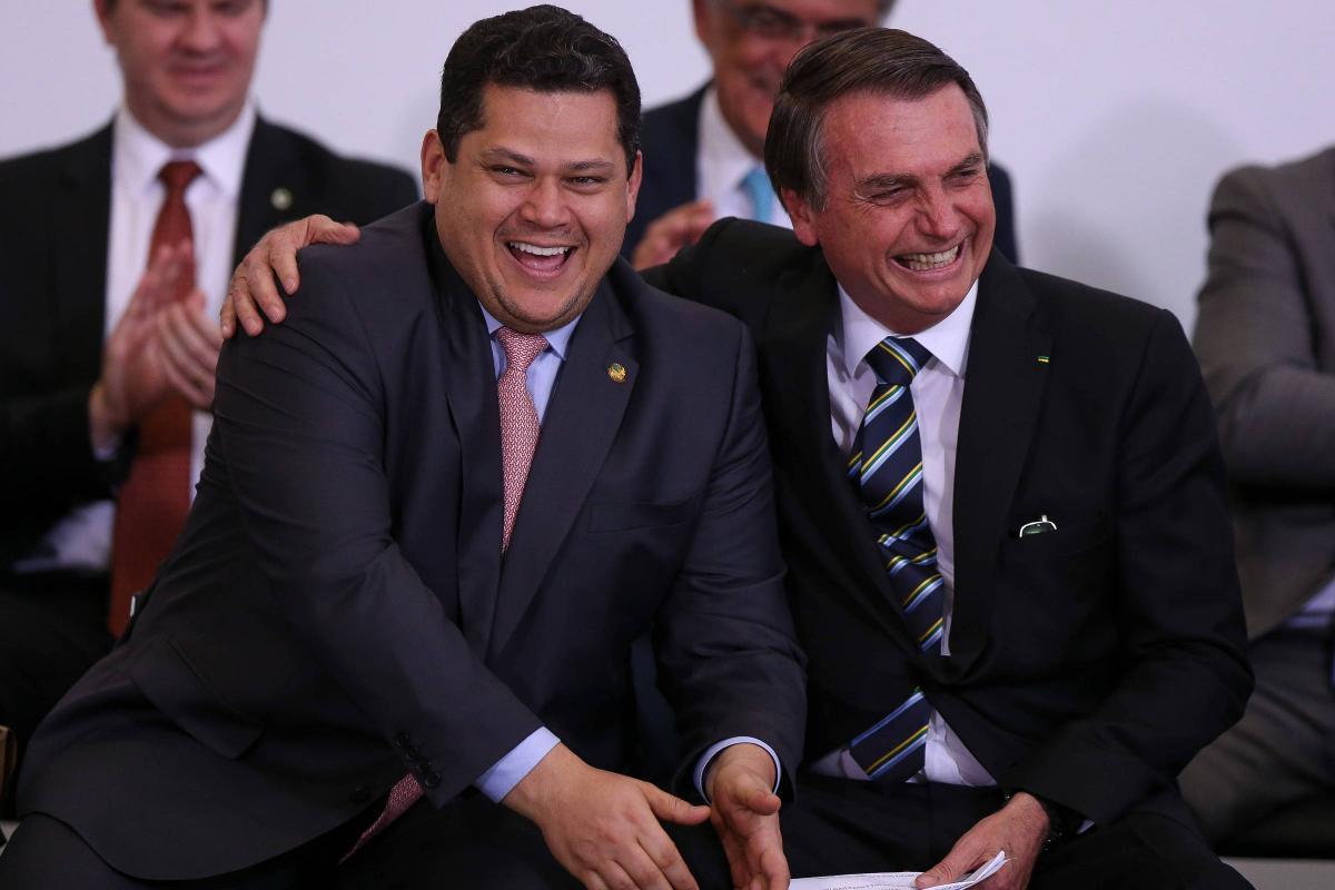 Bolsonaro opera orçamento paralelo de R$ 3 bilhões para aliados, denuncia jornal