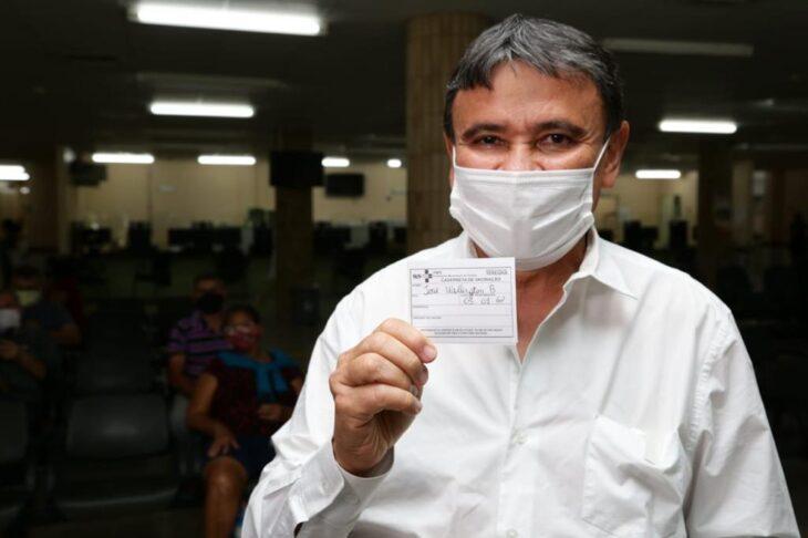 Wellington Dias toma a primeira dose da vacina contra a Covid-19