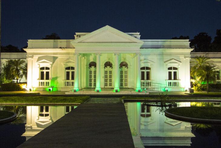 Palácio de Karnak recebe iluminação verde durante o mês de maio