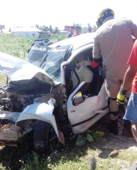 Veículo colide em poste e polícia suspeita que motorista estava embriagado