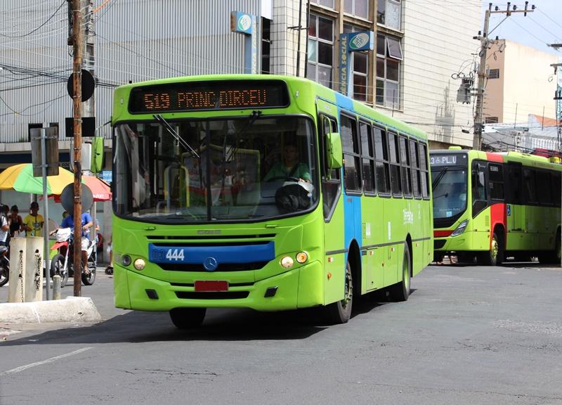 Motoristas e cobradores de ônibus realizam paralisação na manhã desta segunda-feira