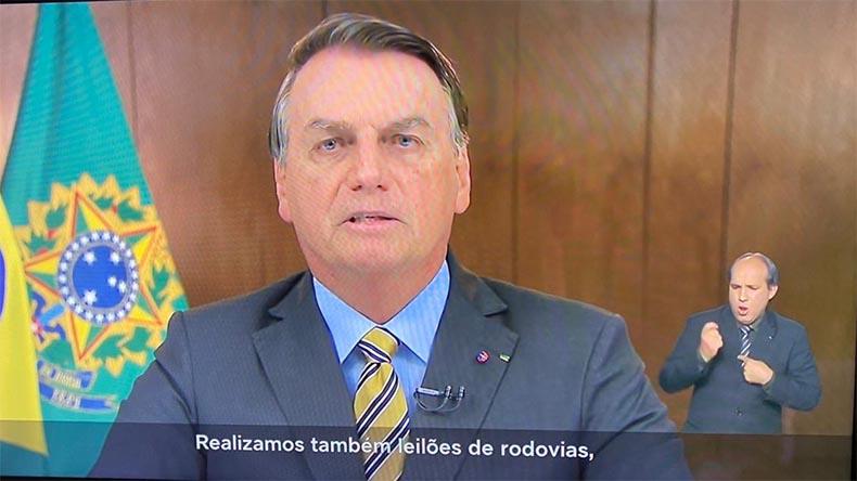 Sob protestos, Bolsonaro defende vacina em pronunciamento, destaca PIB e critica isolamento