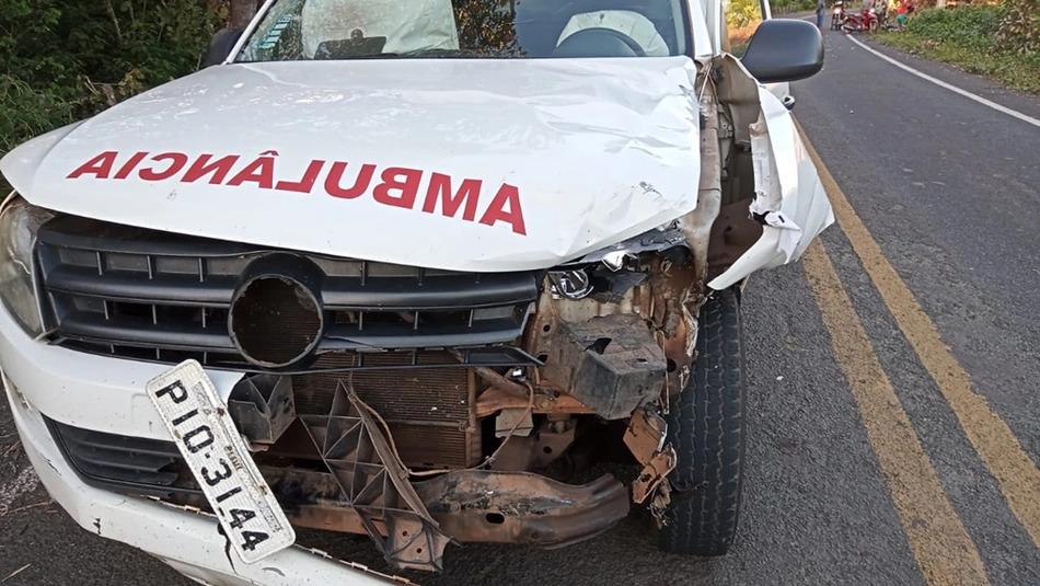 Homem fica ferido em colisão entre motocicleta e ambulância