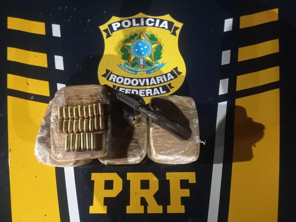 Dois homens são presos com pasta base de cocaína em fundo falso de veículo