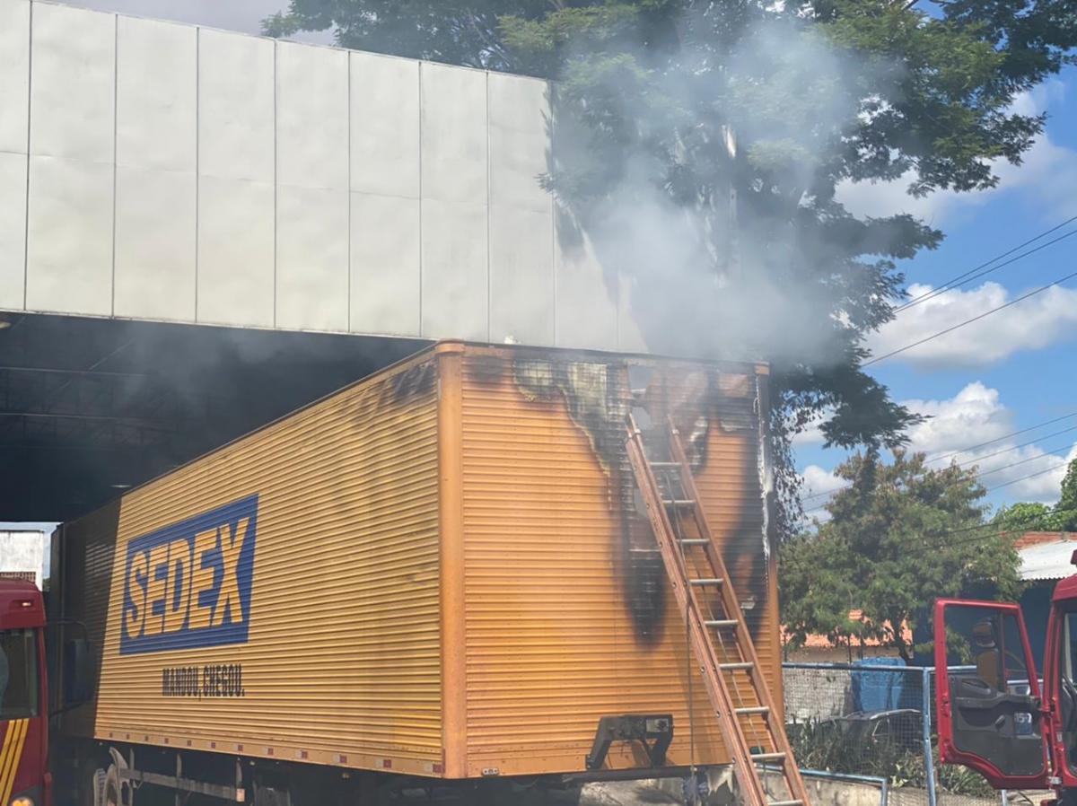 Carreta pega fogo dentro dos Correios na zona Sul de Teresina