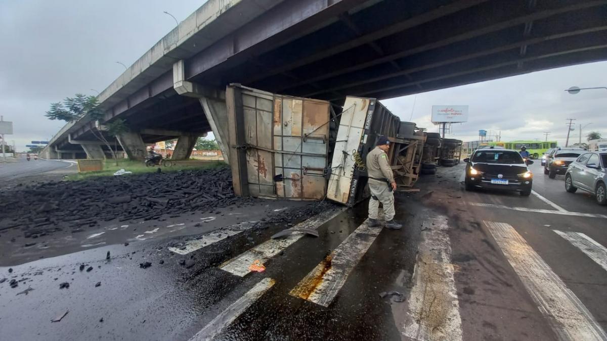 Carreta com carga de carvão tomba na avenida Miguel Rosa
