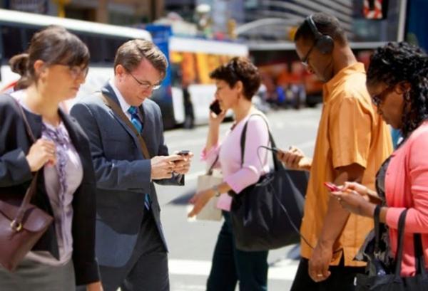 Projeto de vereadora quer ações para evitar que pessoas usem celular nas ruas de Teresina