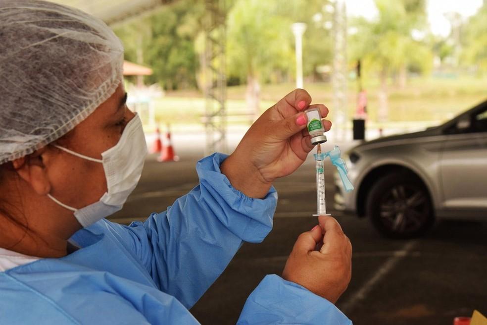 Adultos de 42 e 43 anos recebem a primeira dose da vacina contra covid-19