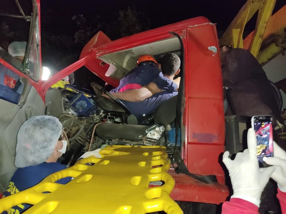 Homem fica preso às ferragens após colisão entre caminhões em Barras