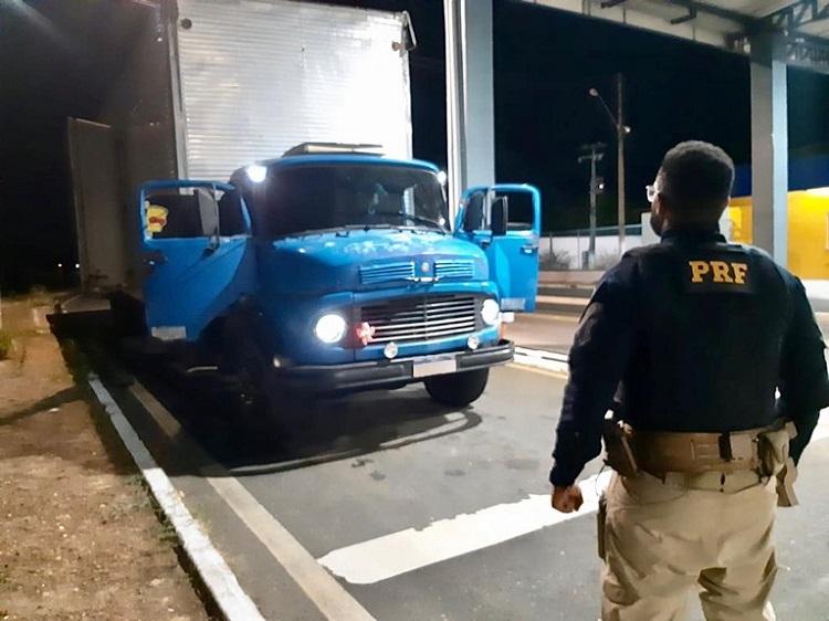 PRF autua motorista de caminhão por porte de droga na BR-316, em Valença