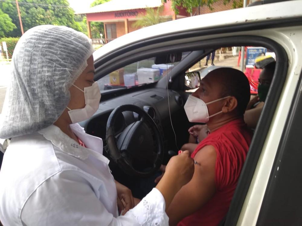 Teresina vacina pessoas de 41 e 40 anos em drive-thru nesta sexta (23)