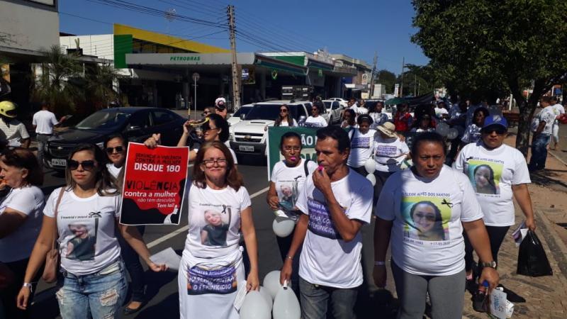Mulheres fazem protesto contra feminicídio no Centro de Teresina