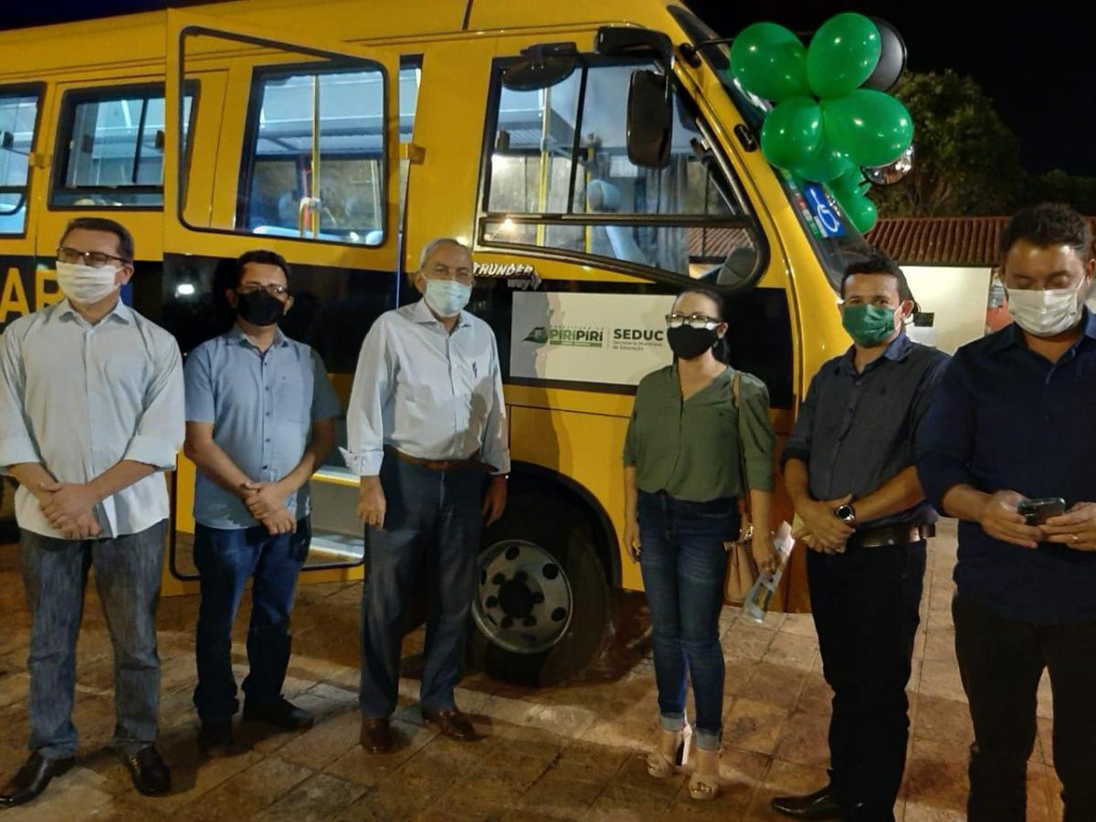 Deputado entrega novo ônibus escolar para Piripiri