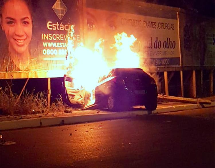 Carro pega fogo após colidir em poste em Teresina