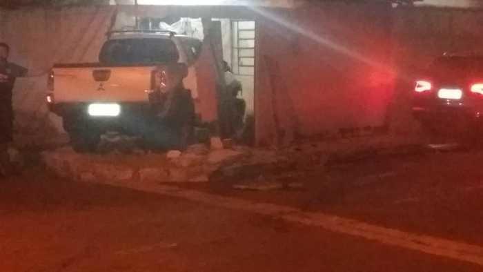Carros de 'luxo' colidem e destroem residência em Teresina