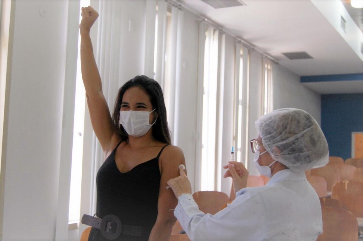 Teresina amplia público e vacina pessoas de 25 anos contra Covid esta semana