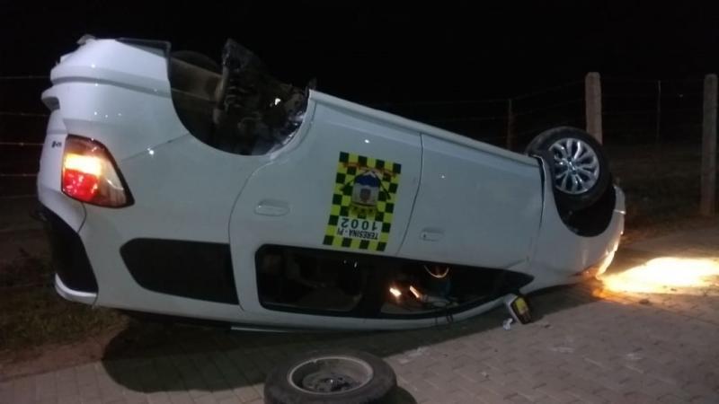 Taxista capota veículo em avenida recém-inaugurada em Teresina