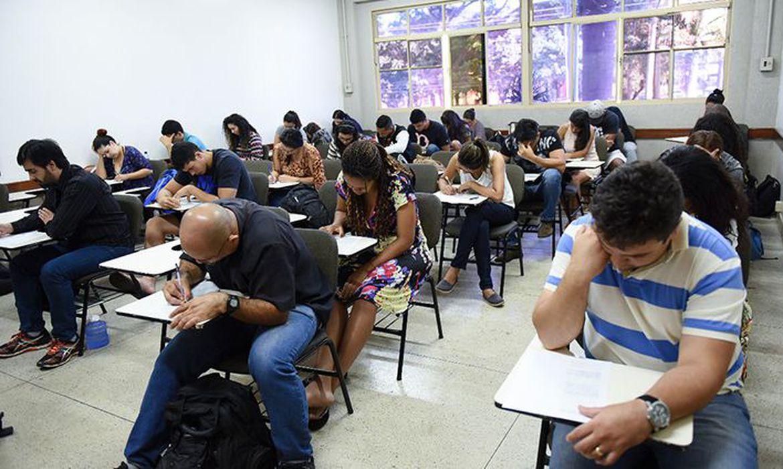 Mais de 1,6 milhão de estudantes fazem neste domingo provas do Encceja