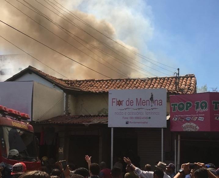 Incêndio atinge três lojas no Centro de Teresina