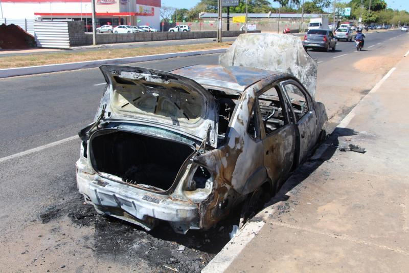 Incêndio destrói carro na zona Leste de Teresina