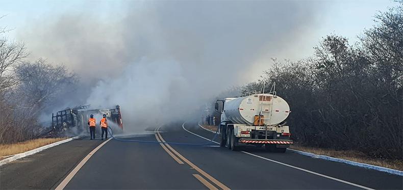 Caminhão carregado de maçãs tomba e pega fogo na BR 230