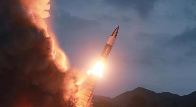 Coreia do Norte volta com testes e lança dois mísseis balísticos de sua costa Leste