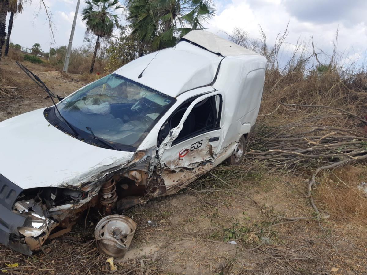 Duas pessoas ficam feridas em acidente envolvendo carro e duas carretas