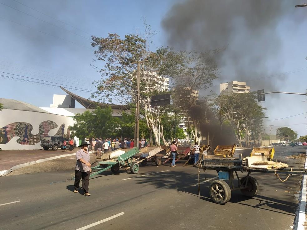 Carroceiros ateiam fogo em pneus em protesto contra lei que prevê descanso de animais