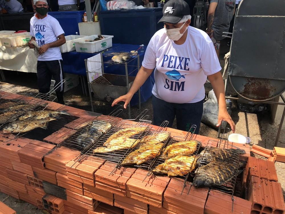 Mercado de Teresina tem churrasco com 600 kg de peixe para orientar sobre doença da urina preta