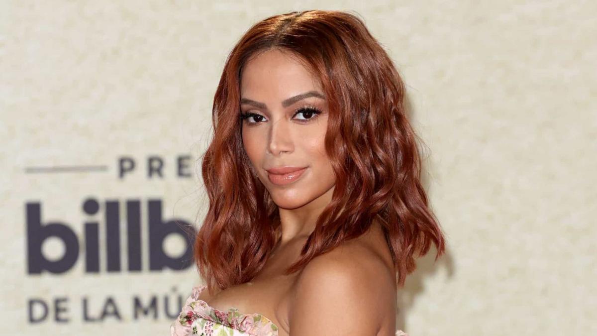 Billboard Latin Music Awards: Anitta aparece ruiva no tapete vermelho