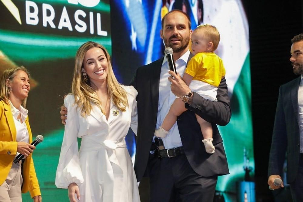 Mulher e filha de 11 meses de Eduardo Bolsonaro contraem Covid