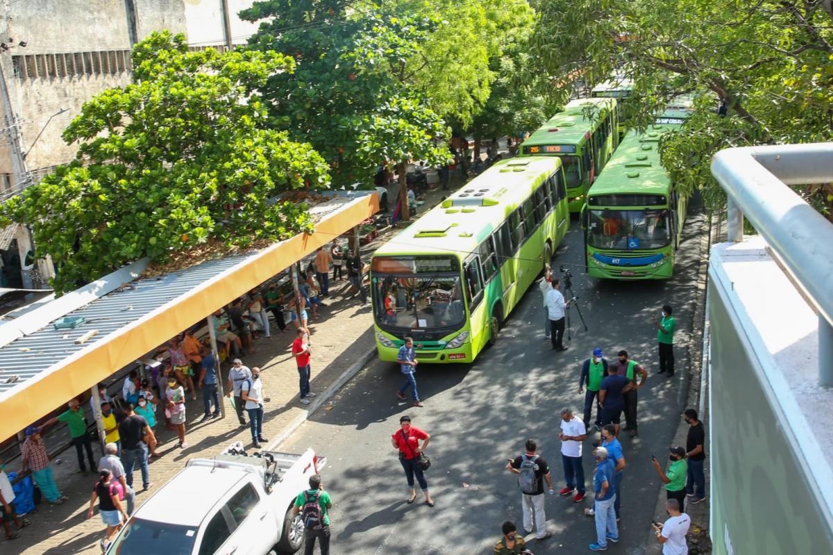 Motoristas e cobradores paralisam atividades e bloqueiam ruas do Centro de Teresina