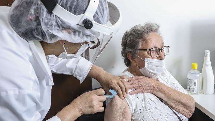Idosos de 80 anos e mais podem receber dose de reforço contra a Covid até sexta (15)