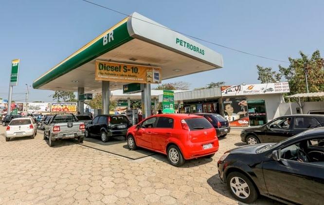 """Postos de Combustíveis vendem gasolina a R$3,50 em """"Dia Livre de Impostos"""""""