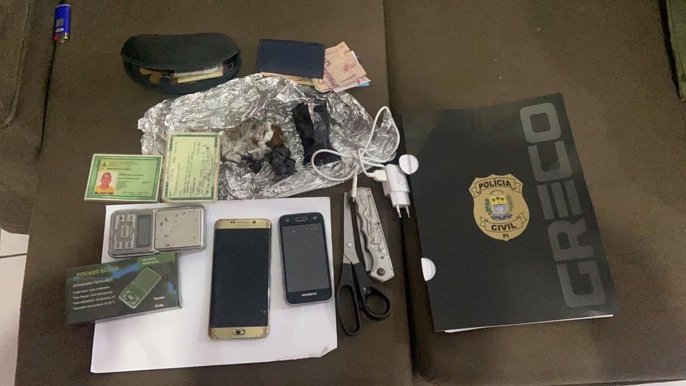 Greco apreende fardamento da PM, R$ 30 mil, drogas e armas em operação no litoral