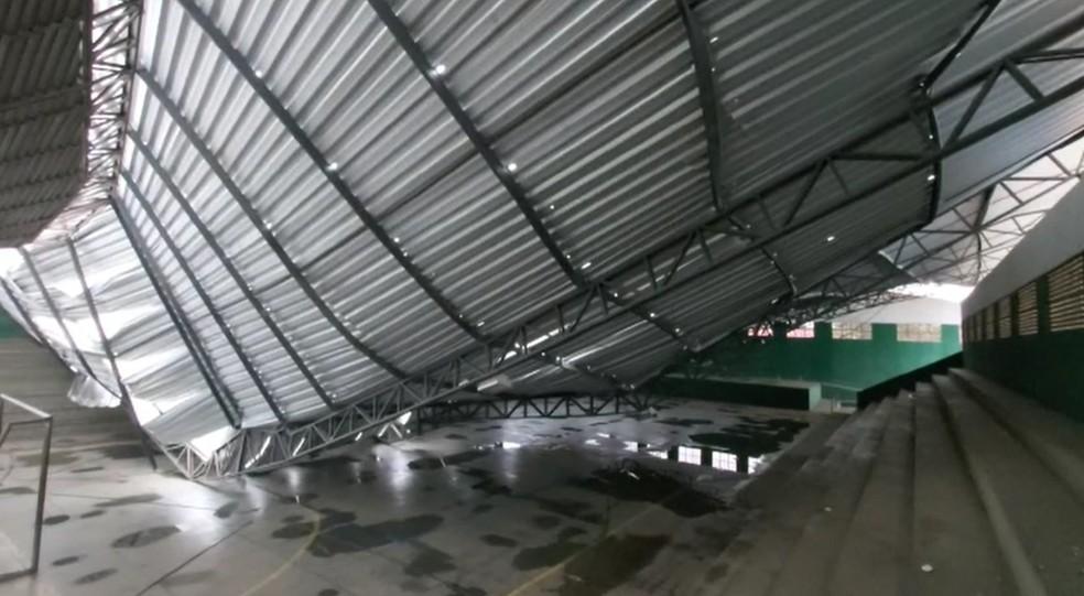 Muro de galpão e teto de ginásio desabam durante temporal em Água Branca