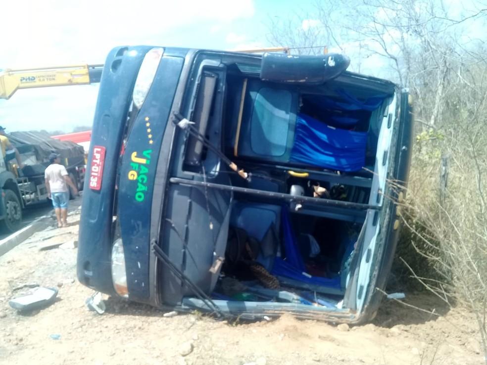 Grave acidente com ônibus deixa 4 mortos e feridos na BR-135