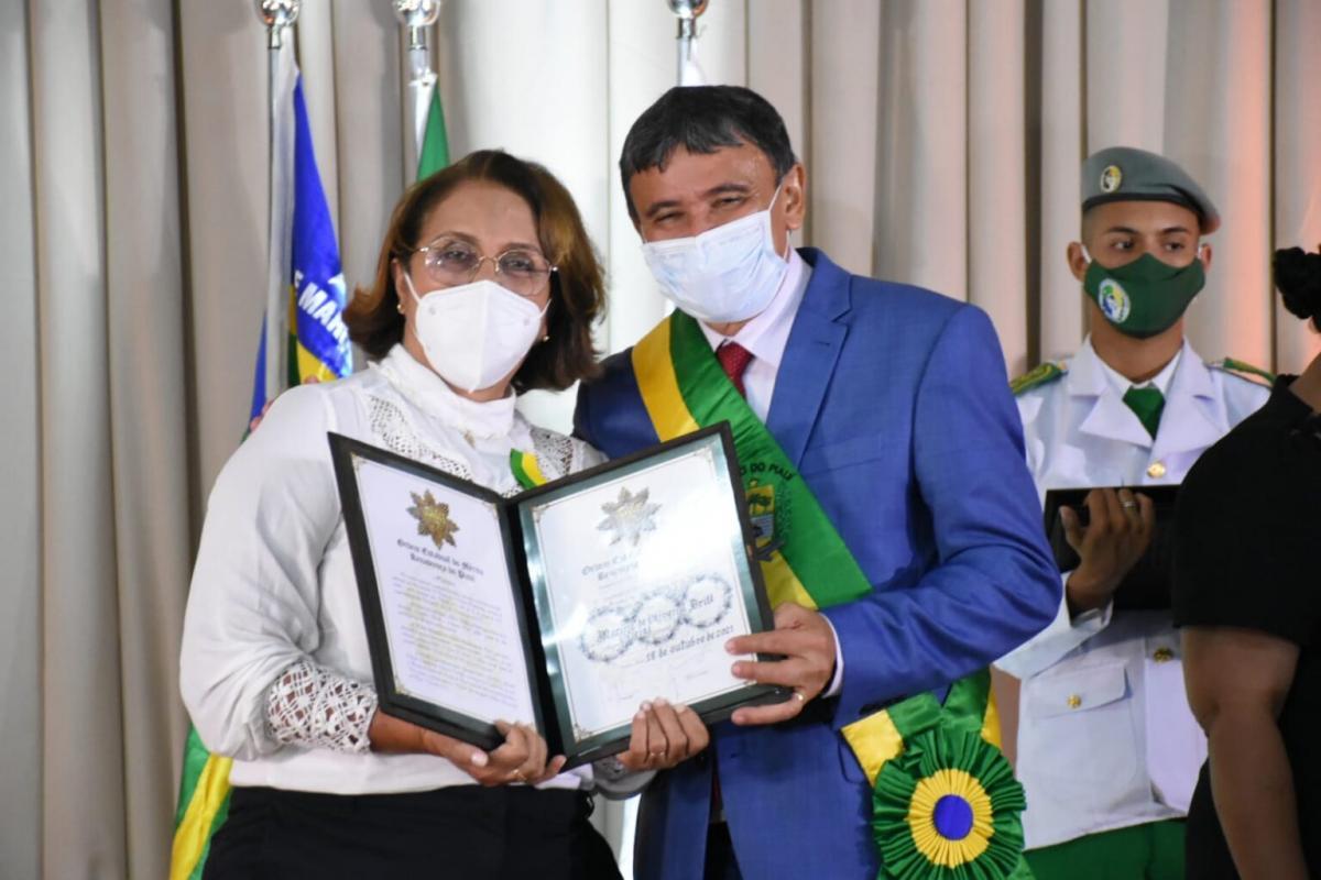 Governador entrega medalha do Mérito Renascença no Porto das Barcas em Parnaíba