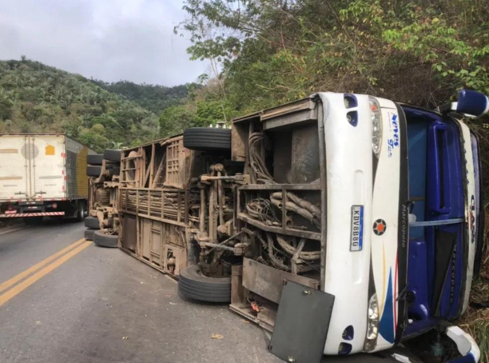 Ônibus com concurseiros de Teresina tomba no Ceará e deixa quatro mortos