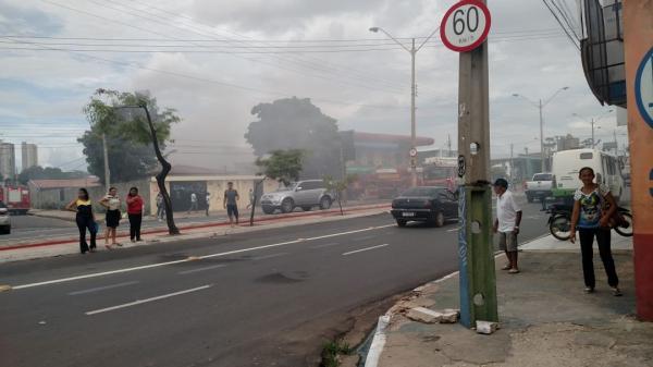 Incêndio destrói depósito de loja de eletrônicos na zona Sul de Teresina